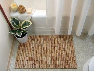 un tapis de bain avec des buchons en liège