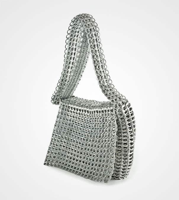 Un sac à main frabriqué avec des tirettes de canettes de soda