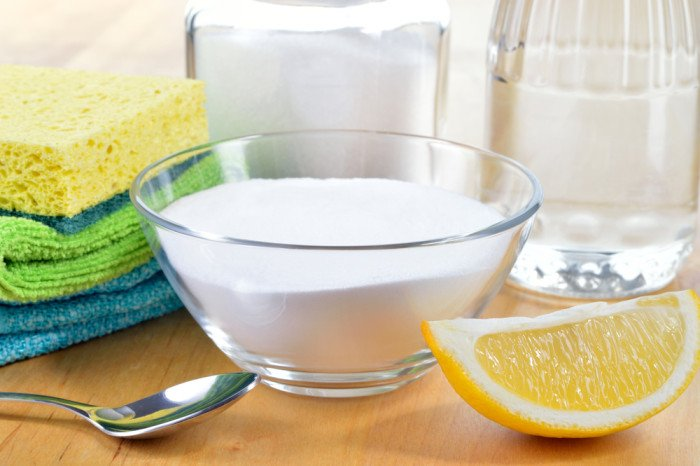 Le bicarbonate de soude ou sodium est une poudre fine, de couleur blanche, pratiquement sans odeur; 100 % écologique et économique, qui, sur les taches les plus rebelles,