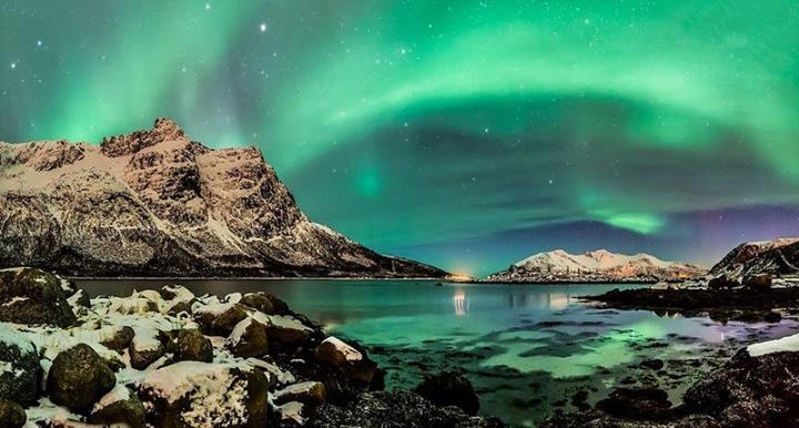 Une aurore boréale vue des fjords norvégiens !