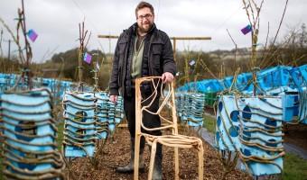 Il fait pousser des chaises dans les champs !
