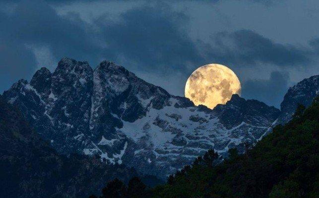 La lune à la montagne