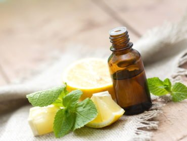 L huile essentielle de citron est extraite par pression à froid du zeste du  fruit du même nom. Riche en vitamine C 065ed473487