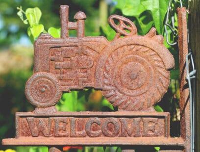 plaque avec tracteur et bienvenue / welcome