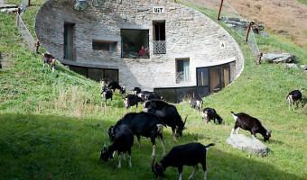 La villa Vals, une maison troglodyte presque invisible dans les Alpes suisses