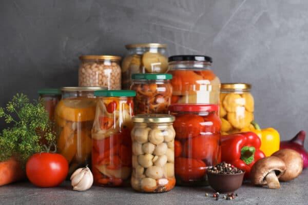 Conserves de légumes variés en bocaux de verre : champignins, tomates, courges, poivrons, haricots ...