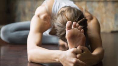 Jeune femme prétiquant le yoga, position assise