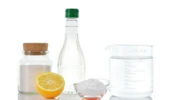 Fabriquez son désherbant naturel avec de l'eau, du sel et du vinaigre