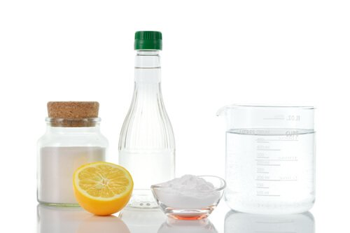 Eau, vinaigre, sel : fabriquez son désherbant naturel !