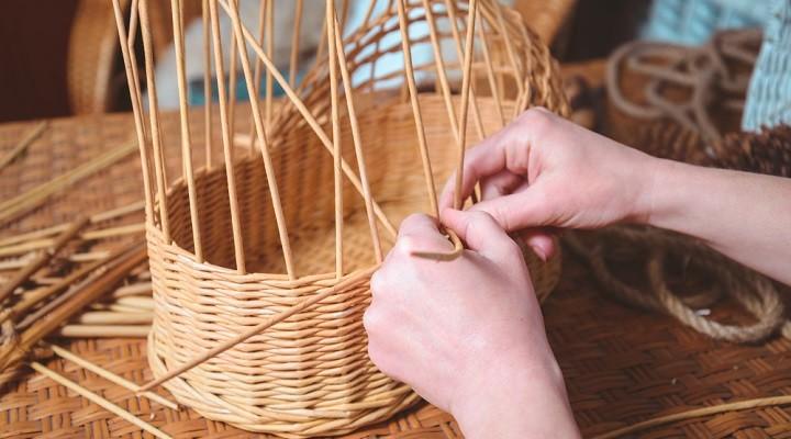 La vannerie : l'art de fabriquer des objets tressés avec des tiges végétales