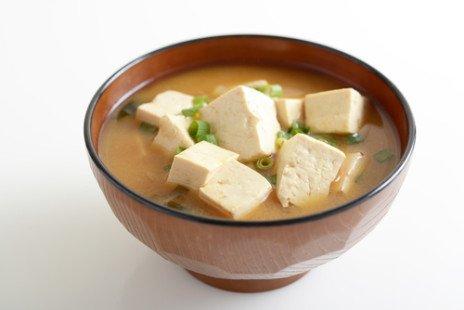 Elle se trouve dans les plats fermentés, comme le miso