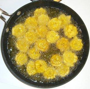 Bananes plantain cuites dans de l'huile de maïs