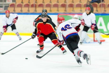 Sur glace, il se pratique au Canada, aux États-Unis et en Russie