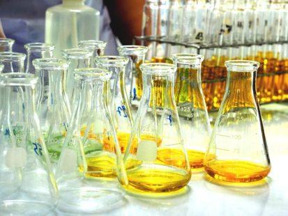 Huile dans des tubes de laboratoire