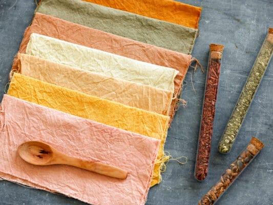 Coloration végétale et teinture naturelle : camaïeu de différents morceaux de tissu naturels