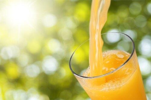 boire du jus d'orange