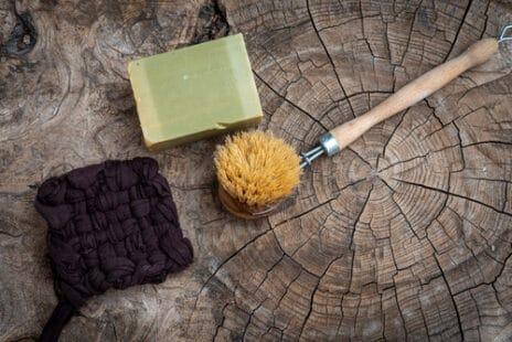 Tawashi, éponge, savon de Marseille et brosse posé dur du bois