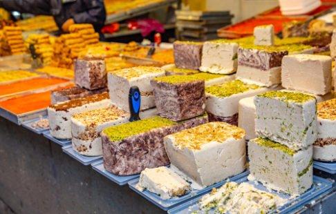 Différentes sortes d'halva : turc, grec, aux amandes, au sésame, à la vanille, au tournesol...