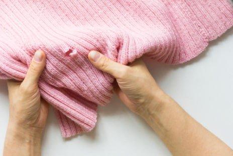 Trou de mites des vêtements dans un pull