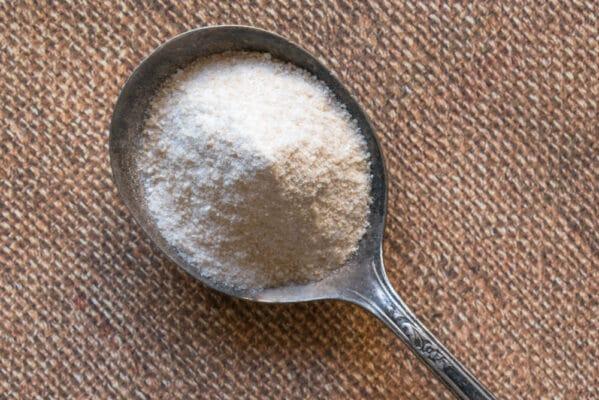 Cuillère remplie de sucre