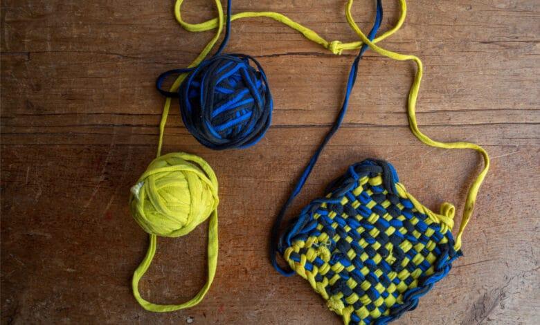 2 pelotes de tissu formant un tawashi