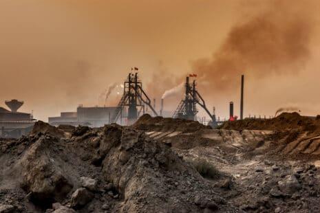 Une usine industrielle extrêmement polluante à Baotou en Mongolie intérieure