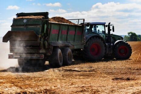 Tracteur épandant un fertilisant
