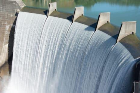 Un barrage de montagne