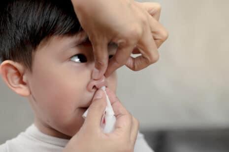 Pincer les ailes du nez pour stopper les saignements