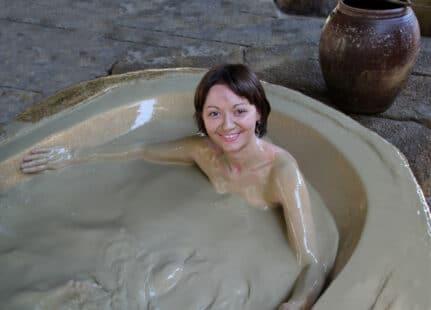 Femme prenant un bian de boue