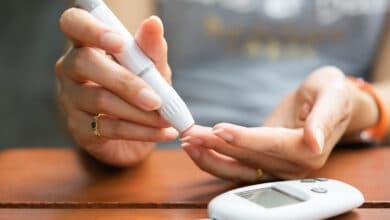 Personne se piquant le doigt pour tester son taux de glycémie avec un appareil