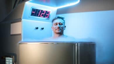 Cryothérapie : homme dans une machine indiquant -123