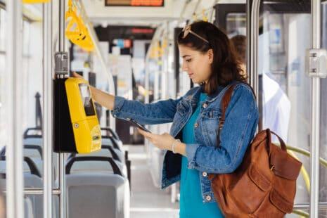 Jeune femme regardant son smartphone dans un tramway