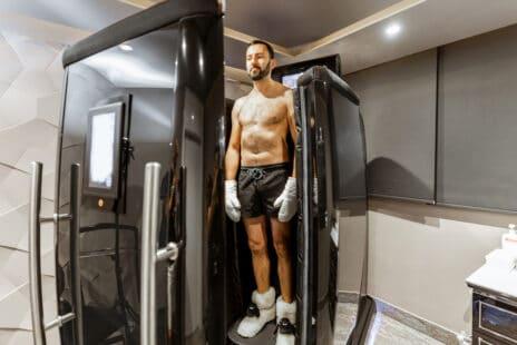 Homme dans une cabine, attendant pour débuter une séance de cryothérapie, chaussettes