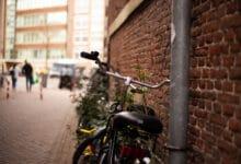 Vélo adossé sur un mur de brique