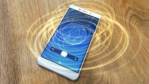 Smartphone diffusant des ondes électromagnétiques symbolisées par des cercles