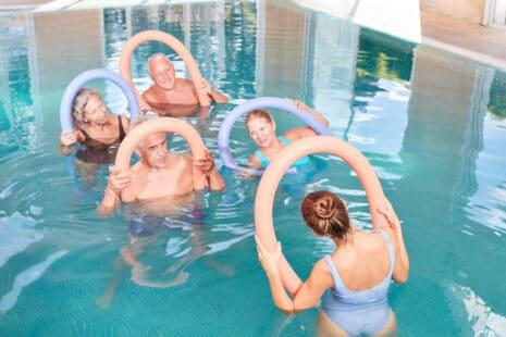 Personnes âges faisant des exercices d'aquagym dans le cadre d'une cure thermale