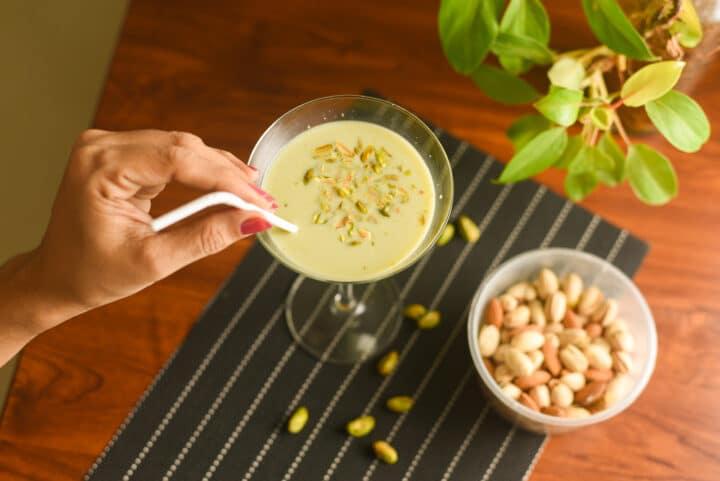verre de cocktail de lait de pistache avec paille et pistache