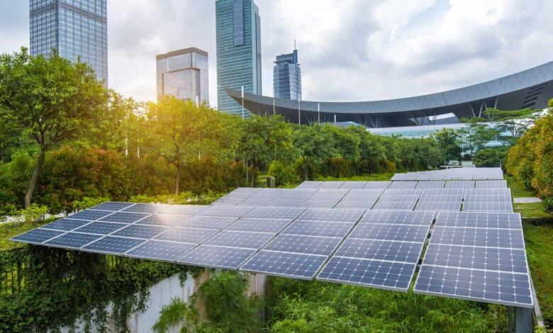 Panneaux solaires au milieu des arbres et des immeibles - énergie solaire d'avenir