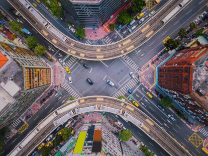 Vue aérienne d'un carrefour routier d'une grande ville