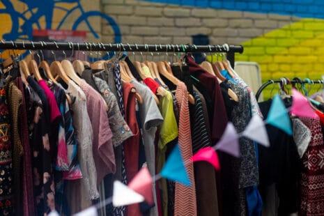 Penderie de vêtements d'occasion, guirlande colorée