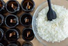 Bol rempli de cire végétake avec une cuillère et bougies en attente d'être coulées