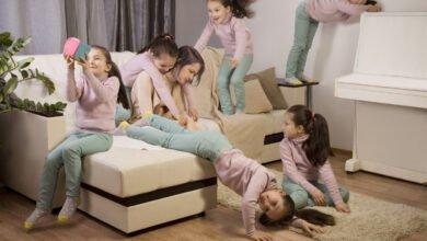 plusieurs fois le même enfant sotant sur le canapé, mère épuisée