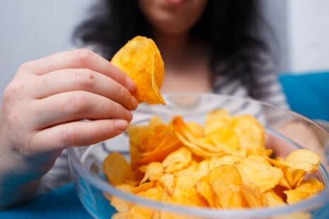 Femme mangeant un bol de chips
