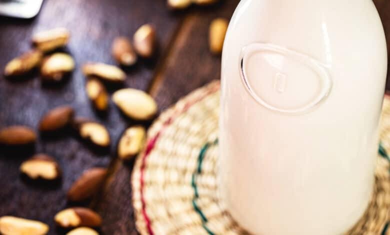 Bouteille de lait au premier plan, châtaigne disposée sur une table en bois